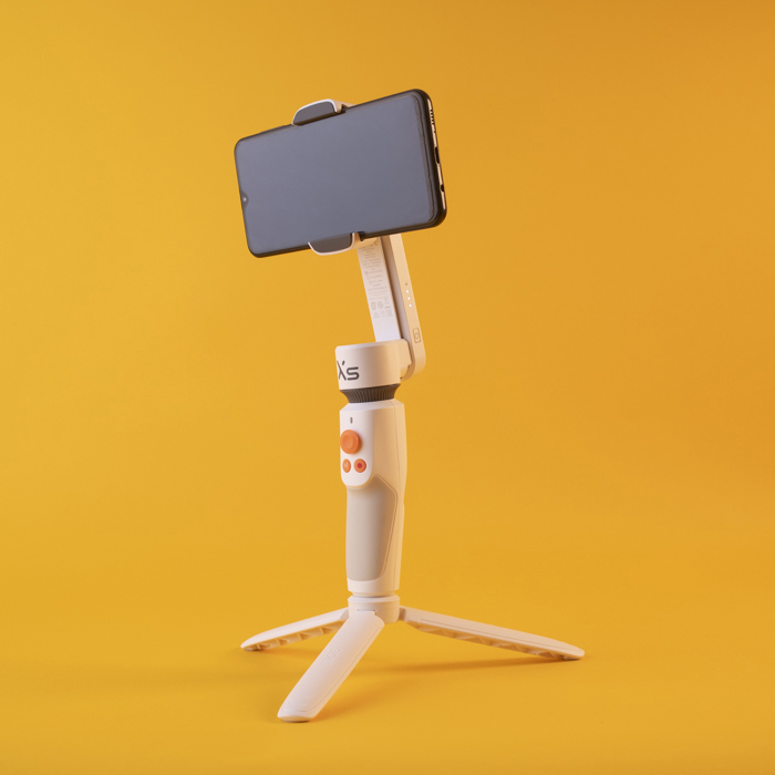 Um iphone em um gimbal Zhiyun Smooth XS
