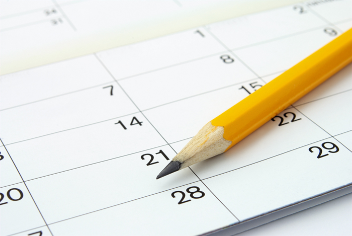 Calendário de desafios de fotografia em casa com datas e lápis amarelo nítido