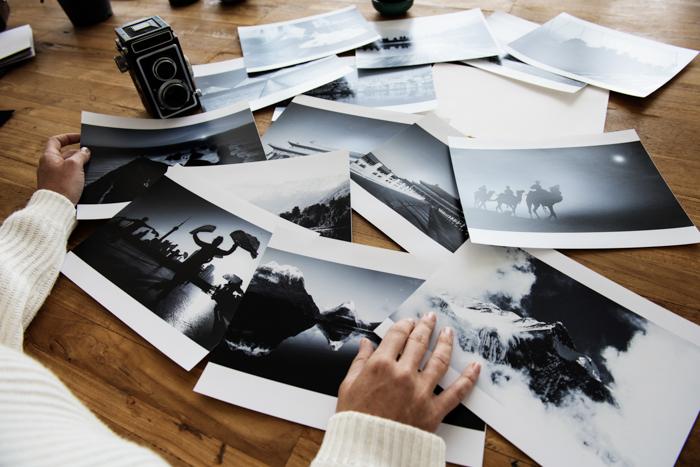 Uma pessoa olhando as fotos impressas