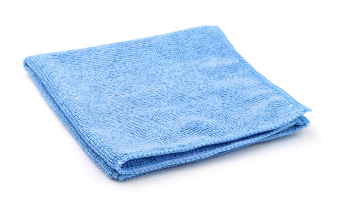 kain mikrofiber terlipat biru dengan latar belakang putih