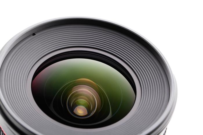 close up lensa kamera dengan latar belakang putih