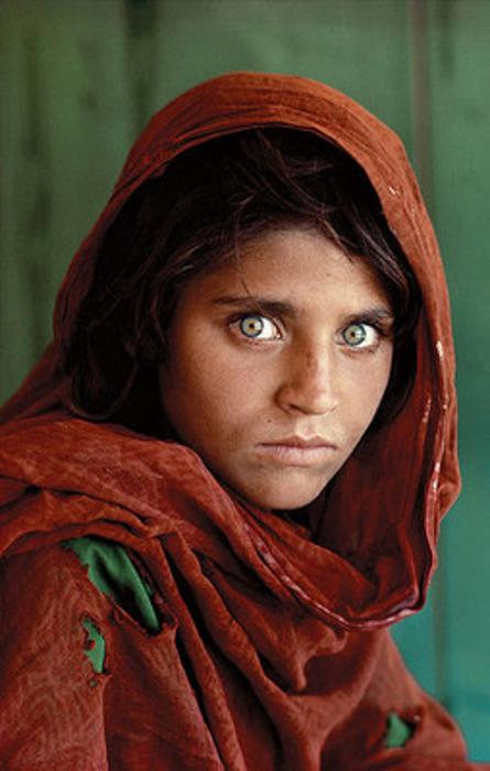 Retrato de uma garota afegã assustada