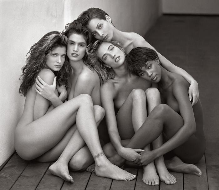 Uma imagem de 5 mulheres nuas