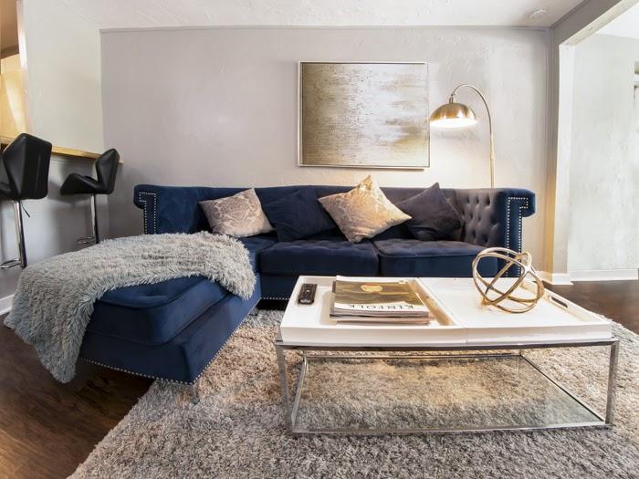 Interior luminoso e espaçoso de uma sala de estar