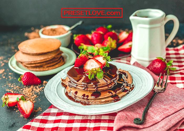 Imagem de panquecas com morangos e xarope editada com PresetLove free lightroom Presets