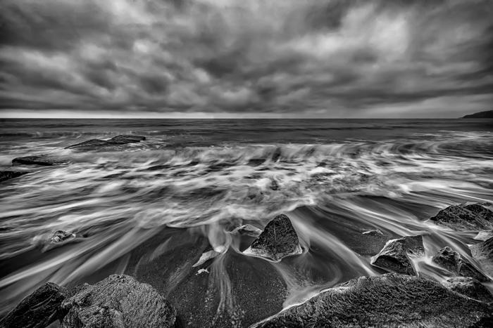 gambar eksposur panjang hitam dan putih dari pemandangan laut