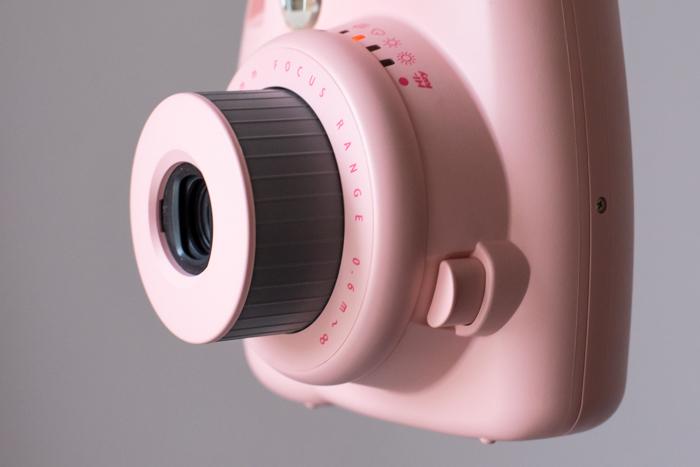 Uma imagem da lente de um fujifilm instax mini 8 rosa