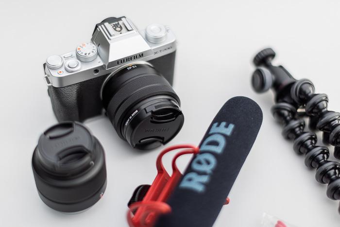 Imagem de close-up da Fujifilm X-T200 com microfone e tripé