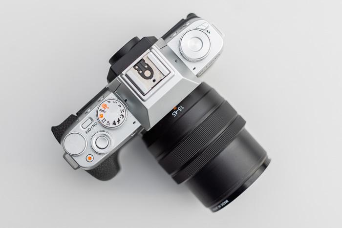 Imagem de câmeras sem espelho Fujifilm X-T200 vista de cima