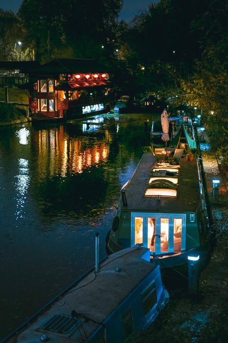 Imagem da paisagem urbana à noite tirada com a Fujifilm X-T200