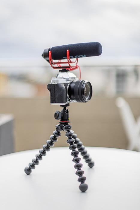 Imagem do kit de vlogging Fujifilm X-T200 com tripé e microfone