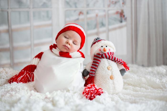 Foto doce de Natal de um bebê vestido de boneco de neve