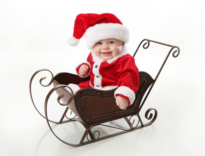 Doce foto de Natal de um bebê vestido de Papai Noel