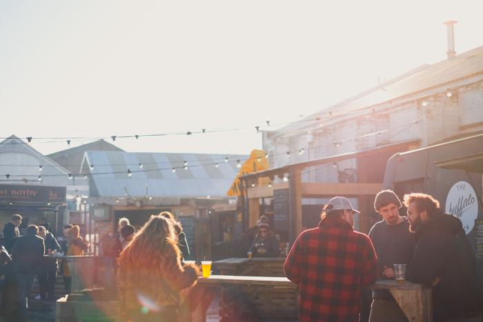 foto de uma multidão de pessoas comendo ao ar livre