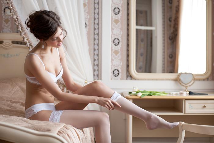 Foto de boudoir de uma noiva, se vestindo antes do grande dia.