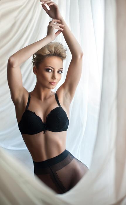 Retrato de vaidade de uma garota em lingerie posando