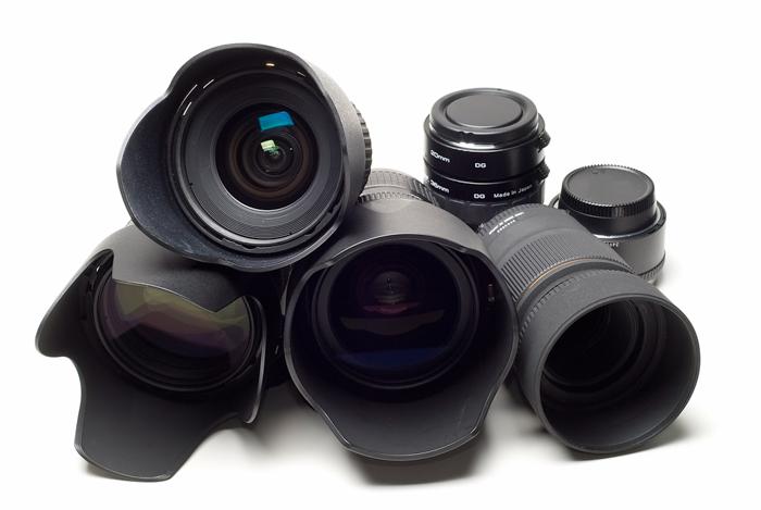 Muitas lentes de câmera em fundo branco