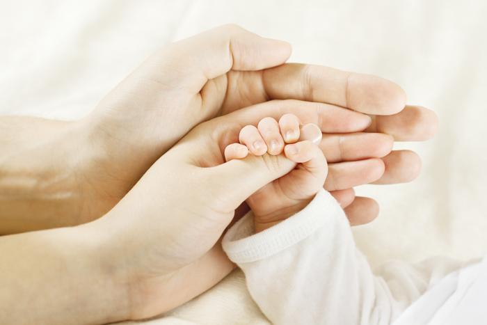 Menangkap tangan bayi dengan orang tuanya