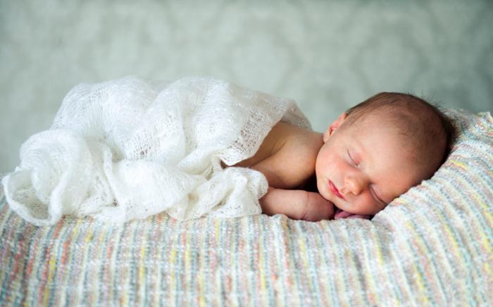 Pose samping yang baru lahir dengan selimut