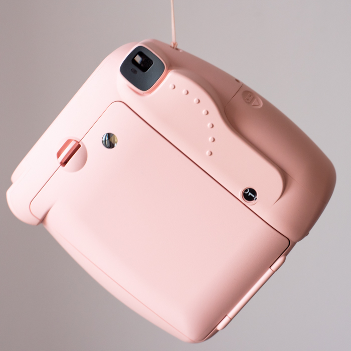 uma imagem da parte de trás de uma câmera instantânea rosa fujifilmn instax mini 8