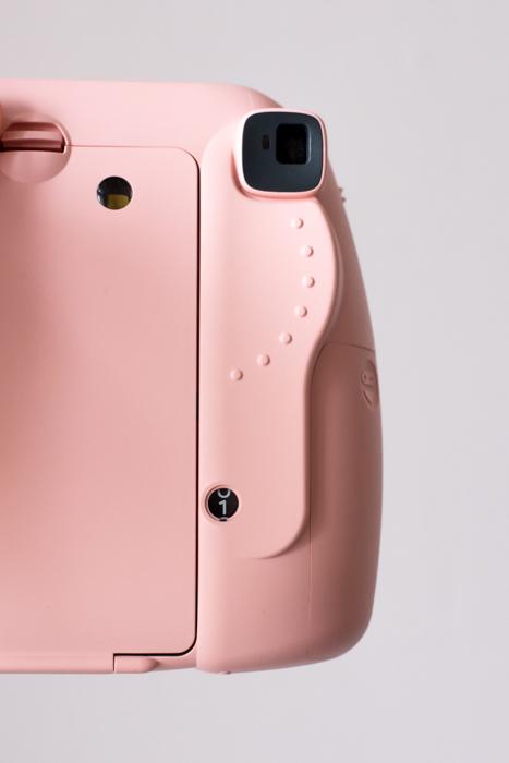 uma imagem da parte de trás e do visor de uma câmera fujifilm instax mini 8 rosa