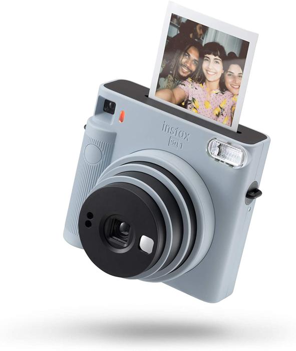 uma imagem de uma câmera de filme instantâneo Instax mini 8 cinza com uma foto instantânea saindo do topo