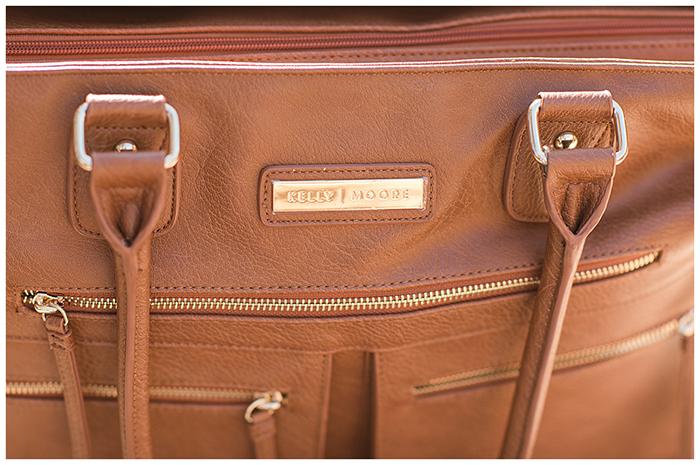 O logotipo da bolsa para câmera Kelly Moore Libby 2.