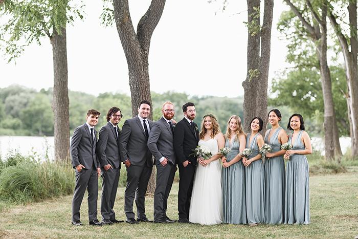 Um grupo em uma cerimônia de casamento fotografado com uma lente Art Sigma 85mm f / 1.4