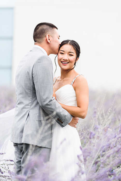 Jovem casal em seu casamento fotografado com a lente Art Sigma 85mm f / 1.4