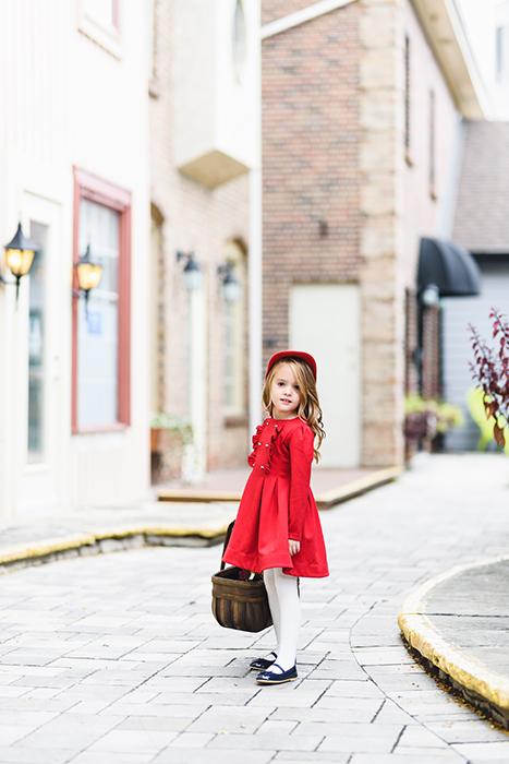 Fotografia de uma menina em um vestido vermelho tirada com a lente Art Sigma 85mm f / 1.4