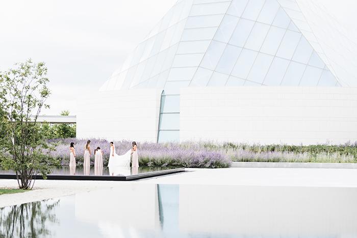 Uma fotografia de paisagem de casamento tirada com lentes Sigma de 85 mm