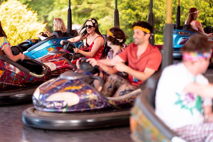 Pessoas em carrinhos de choque de parque de diversões com o Sony A7 III