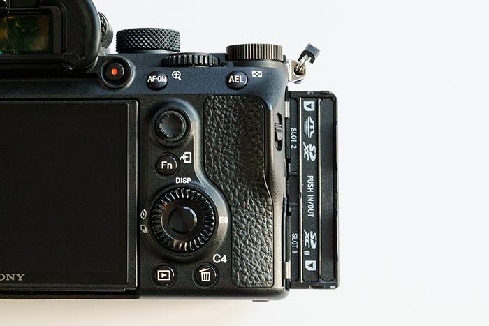 Uma imagem do slot para cartão SD da câmera Sony A7 III