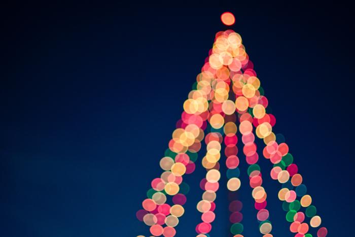 Luzes bokeh em forma de árvore de natal