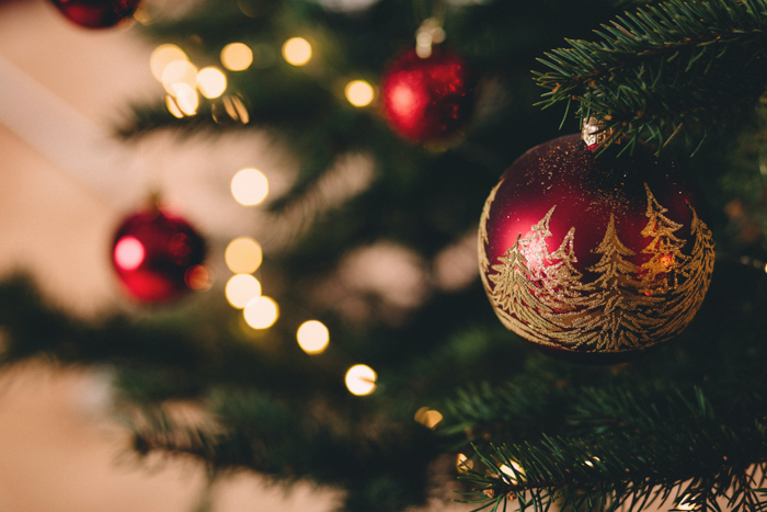 Decorações de Natal e luzes em uma árvore