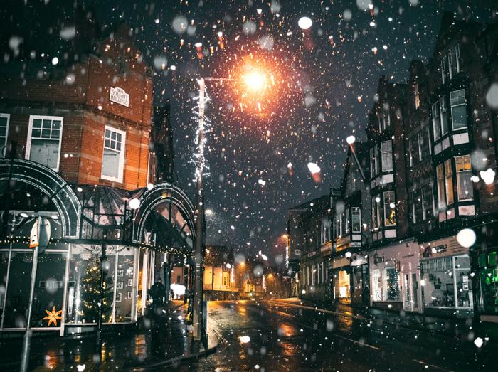 Uma cena de rua com neve no Natal.