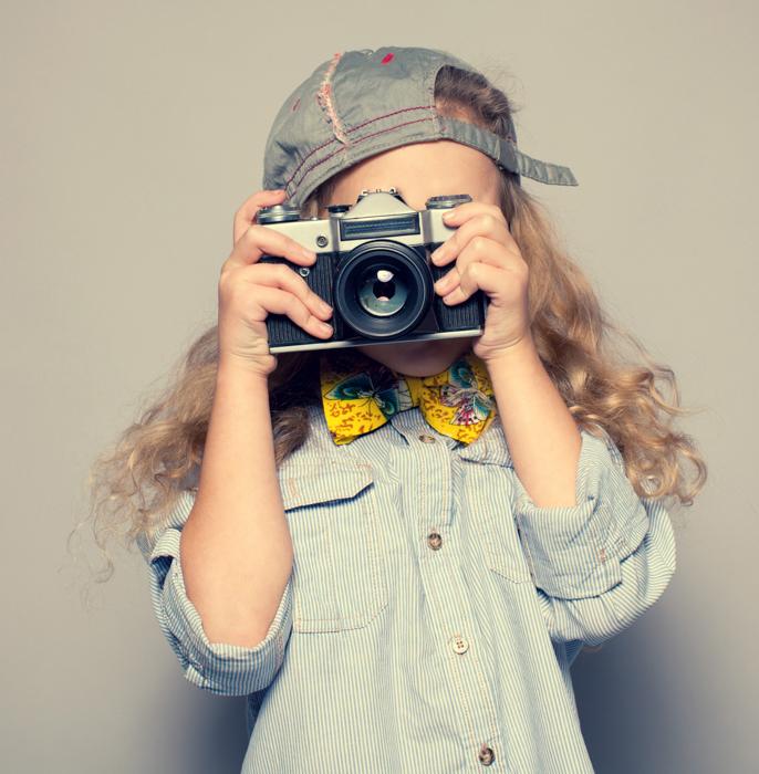 Um menino tirando uma foto