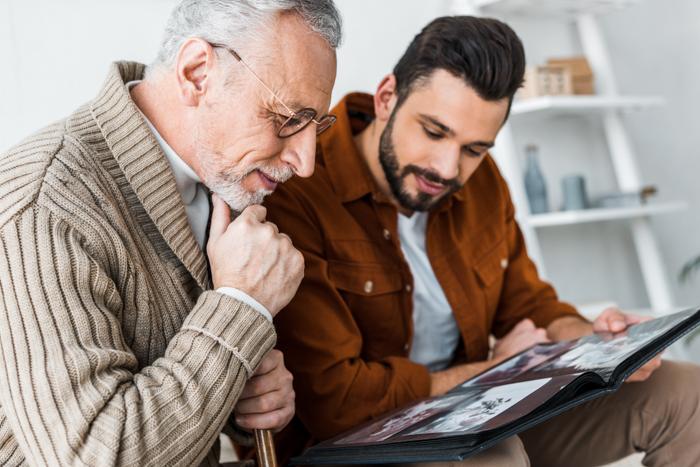 Um pai olhando para um álbum de fotos de presente juntos