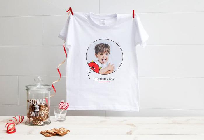 Uma camiseta com uma foto impressa de retrato