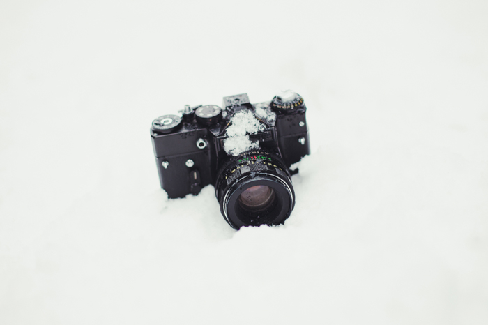 Uma câmera DSLR na neve.