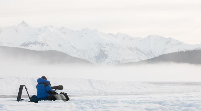 Um fotógrafo em uma bela paisagem de neve.