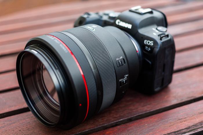 Imagem da lente Canon RF 85mm f / 1.2L USM montada em uma Canon R6