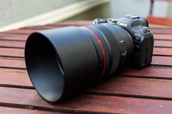Imagem da lente Canon RF 85mm f / 1.2L USM com capa montada em uma Canon R6