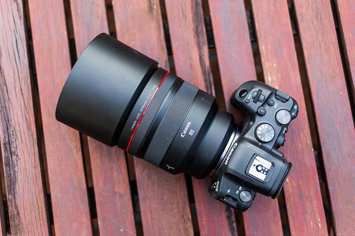 Imagem da lente Canon RF 85 mm f / 1.2L USM com capa de cima