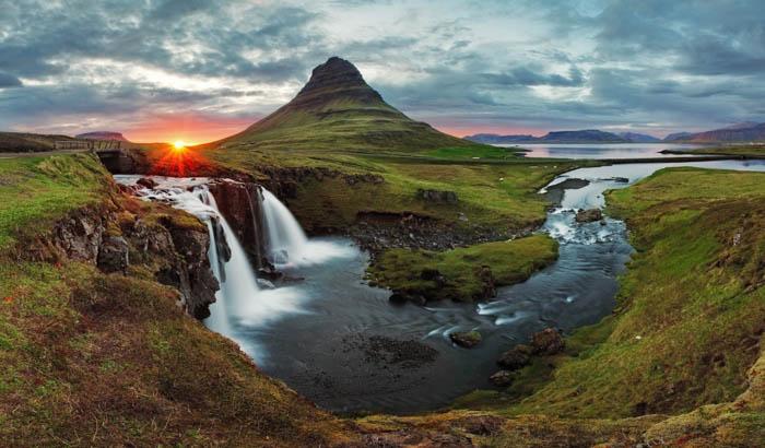 Panorama da paisagem de primavera de Kirkjufell na Islândia ao pôr do sol