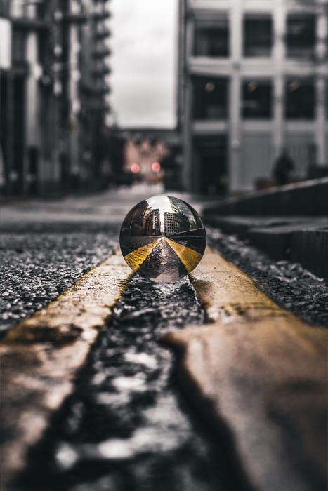 Linhas principais refletidas em uma bola de cristal em uma rua da cidade