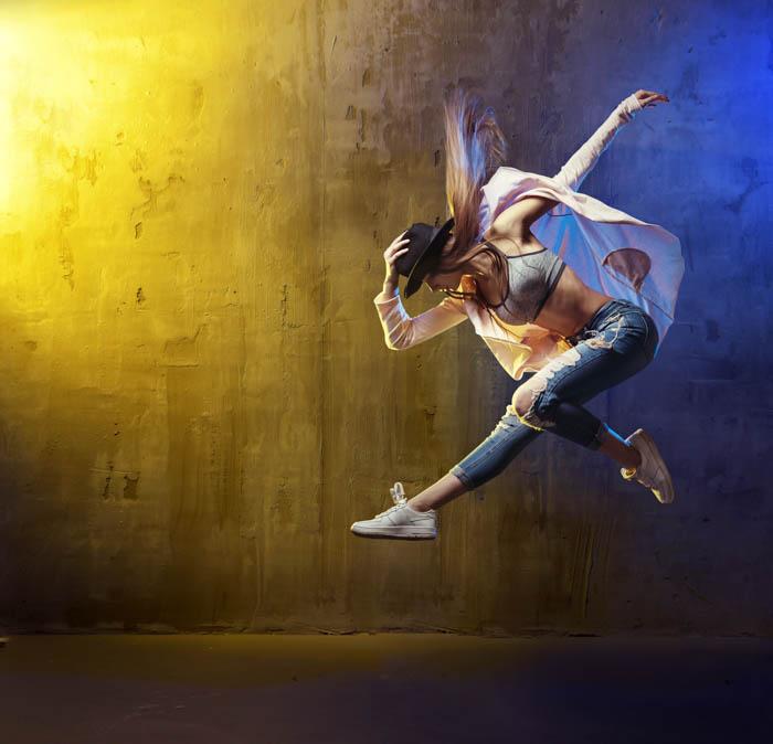 Dançarino fotografado em movimento com alta velocidade do obturador
