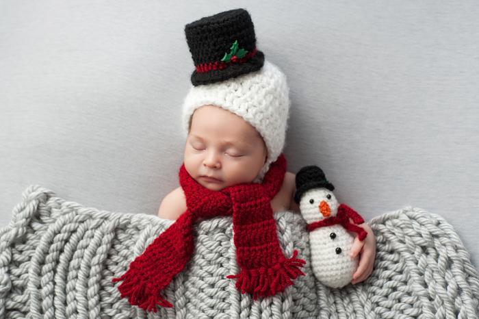 Bebê recém-nascido vestido de boneco de neve