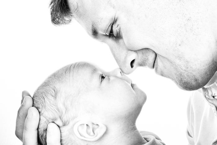 Doce ideia de foto de recém-nascido do bebê e do pai tocando o nariz