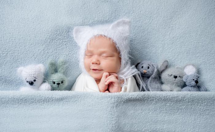 Doce retrato de um bebê recém-nascido em miçangas com ursinhos de pelúcia